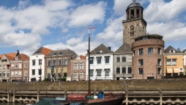 Deventer IJsselansicht mit Frachtboot